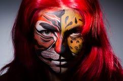 Die Frau mit Tigergesicht in Halloween-Konzept Stockbilder