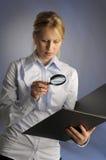 Die Frau mit Vergrößerungsglas Stockfotos