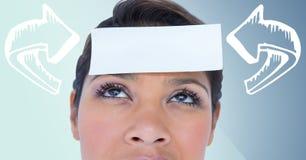 Die Frau mit Weiß kurvte Pfeile zeigend auf Karte auf Kopf gegen blauen Hintergrund Lizenzfreie Stockfotos
