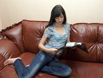 Die Frau mit Zeitschrift Lizenzfreie Stockbilder