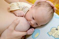 Die Frau pflegt das Baby Stillen Stockbild