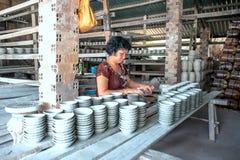 Die Frau, die Porzellanprodukte verziert Lizenzfreie Stockfotografie
