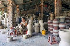 Die Frau, die Porzellanprodukte verziert Stockfotografie