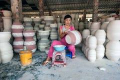 Die Frau, die Porzellanprodukte verziert Stockfotos