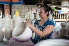 Die Frau, die Porzellanprodukte verziert Stockbilder