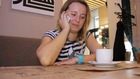 Die Frau schellt am Telefon stock footage