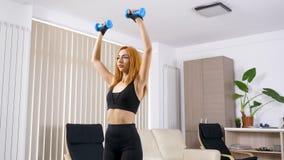 Die Frau, die Sport tut, trainiert zu Hause stock video