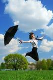 Die Frau springend auf das Feld Stockfotos