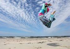 Die Frau springend auf den Strand lizenzfreie stockfotos
