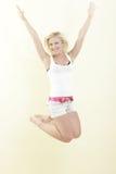 Die Frau springend für Freude Lizenzfreie Stockfotos