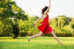 Die Frau springend in Landschaft lizenzfreies stockfoto