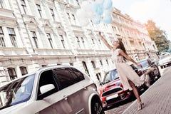 Die Frau springend mit Ballonen lizenzfreie stockfotografie