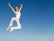 Die Frau springend mit Erfolg stockfotos