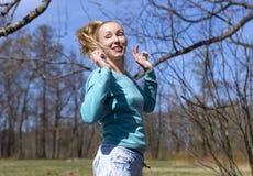 Die Frau springt in das Vorfrühlingsholz Lizenzfreie Stockfotos