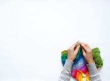 Die Frau strickt ein Haken farbiges Gewebe Ansicht von oben Lizenzfreie Stockfotos