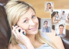 Die Frau, die Telefon mit Profilporträts von Leuten hält, tritt in Verbindung Stockbild