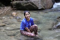 Die Frau tongueing im Wasserfall Lizenzfreies Stockbild