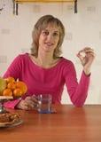 Die Frau trinkt eine Medizin Stockfotos