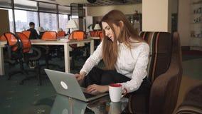 Die Frau und der Mann, die im Großen Büro arbeiten Sprechende und schreibende Frau stock video