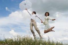 Die Frau und der Mann mit weißem Regenschirm Stockbild