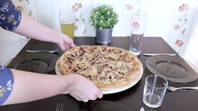 Die Frau, welche zu Hause die Tabelle für Familienabendessen oder -mittagessen und sich zu setzen gründet, dienen frische italien stock video footage