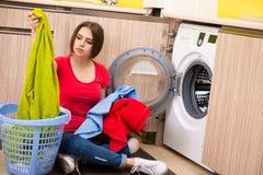 Die Frau, die zu Hause Wäscherei tut lizenzfreies stockfoto