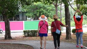 Die Frauen, die Übung für Gesundheit im BangYai-Park, Nonthaburi in Thailand gehen 2. Juni 2019 stock footage
