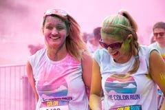 Die Frauen, die an der Farbe teilnehmen, laufen in Prag
