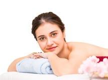 Die Frauen, die auf einem Badekurort liegen, gehen für Massage zu Bett Stockbilder