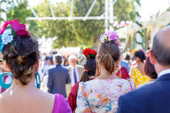 Die Frauen, die Flamenco tragen, kleiden am Feria de Abril de Sevilla Seville April Fair an Stockfotos