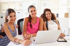 Die Frauen, die Laptop im modernen Büro von verwenden, gründen Geschäft stockfoto