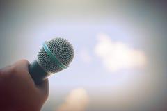 Die Frauen, die Mikrofon mit instagram halten, mögen in der Querverarbeitung Lizenzfreies Stockbild