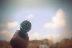 Die Frauen, die Mikrofon mit instagram halten, mögen in der Querverarbeitung Lizenzfreie Stockfotos