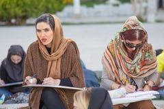 Die Frauen, die in Naqsh-e Jahan malen, quadrieren in Isfahan, der Iran Stockbilder