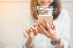 Die Frauen, die einen Smartphone in der Anzeige und in der Technologie verwenden, bringt in den Speichern voran lizenzfreie stockfotos
