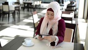 Die Frauen, die Kreditkarte verwenden, überprüft Kontostand auf beweglicher Bankwesenanwendung Online-Zahlungs-Einkaufen stock video