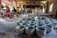 Die Frauen, die Porzellanprodukte verzieren Lizenzfreie Stockbilder