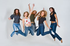 Die Frauen springend in einer Luft Lizenzfreie Stockfotos