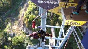 Die Frauen springend von 69 Metern hoch, Zeitlupe, einzigartiges SKYPARK AJ Hackett Sochi stock video footage