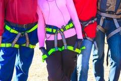 Die Frauen und die Männer ist bereit, Bergsteiger zu sichern Lizenzfreie Stockbilder