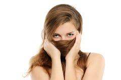 Die Frauenbedeckung mit dem Haar eine Wekzeugspritze und Lippen Lizenzfreies Stockbild