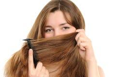 Die Frauenbedeckung mit dem Haar eine Wekzeugspritze und Lippen Lizenzfreies Stockfoto