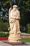 Die Frauenfigur, die einen Dreizack hält, wird von einem Baum geschnitten Lizenzfreies Stockbild