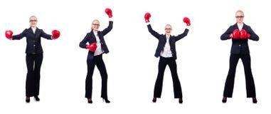 Die Frauengeschäftsfrau mit Boxhandschuhen auf Weiß Stockfotos