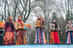 Die Frauengruppe, die traditionelle russische clothers trägt, singen ein Lied auf Maslenitsa in Moskau Lizenzfreie Stockfotos