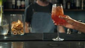 Die Frauenhände, die mit aperol rösten, spritz Cocktails, Frau im Barnehmenalkohol vom Barmixer stock video footage