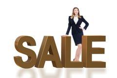 Die Frauenstellung nahe bei Verkaufswort stockbild