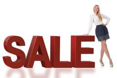 Die Frauenstellung nahe bei Verkaufswort lizenzfreie stockfotos