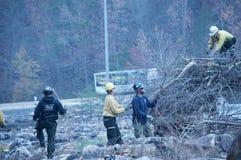 Die freiwilligen Feuerwehrmänner, die helfen, nach den Waldbränden aufzuräumen Stockbilder