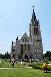 Die Freizeitmenge im Quadrat vor der Kirche Lizenzfreies Stockbild